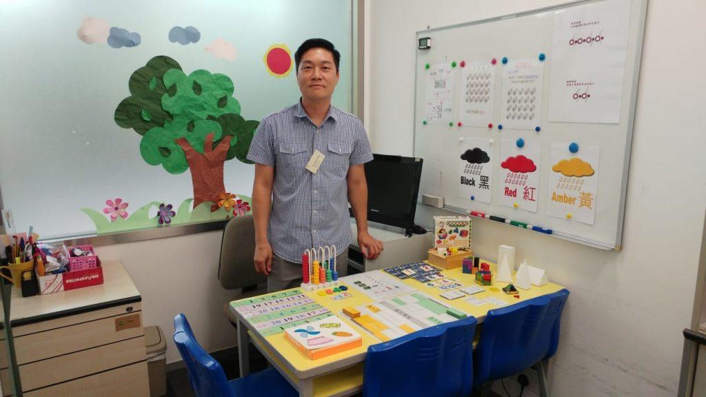 陳Sir向家長展示教學用的教材。