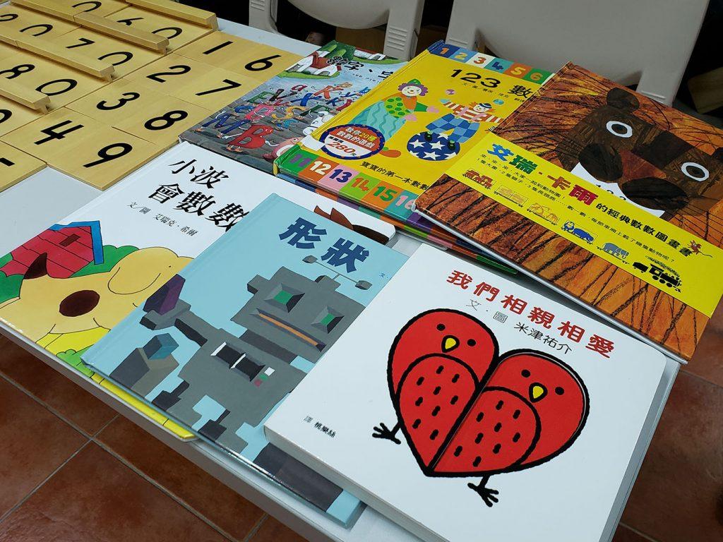老師以不同的繪本及教材教導學前學生。